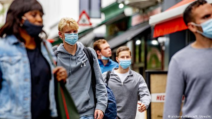 Люди в медицинских масках на улицах Антверпена