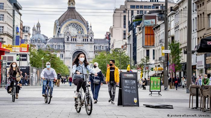 Belgien: Fahrradfahrer mit Masken in der Innenstadt von Antwerpen (picture-alliance/R. Utrecht)