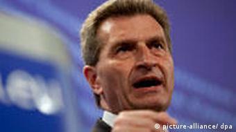 Energiekommissar Oettinger gestikuliert während einer Pressekonferenz in Brüssel (Foto: picture-alliance/ dpa)