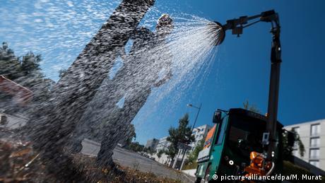 """Službenici grada Štutgarta demonstriraju novinarima kako funkcionišu vozila za zalivanje uličnih stabala. Glavni grad njemačke pokrajine Baden Virtneberg želi da bude što zeleniji i """"klimatski neutralan"""" do 2050. godine."""