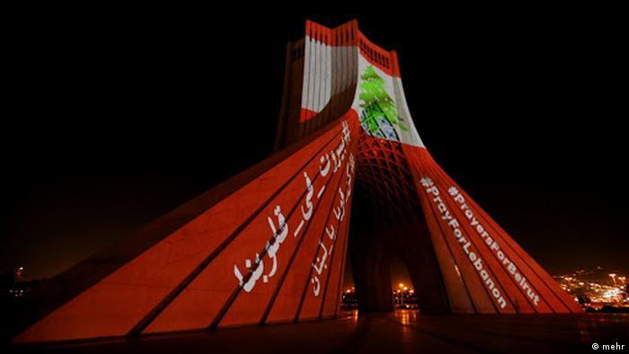 Iran menyalakan Menara Azadi dalam warna bendera Lebanon sebagai solidaritas usai ledakan di Beirut.