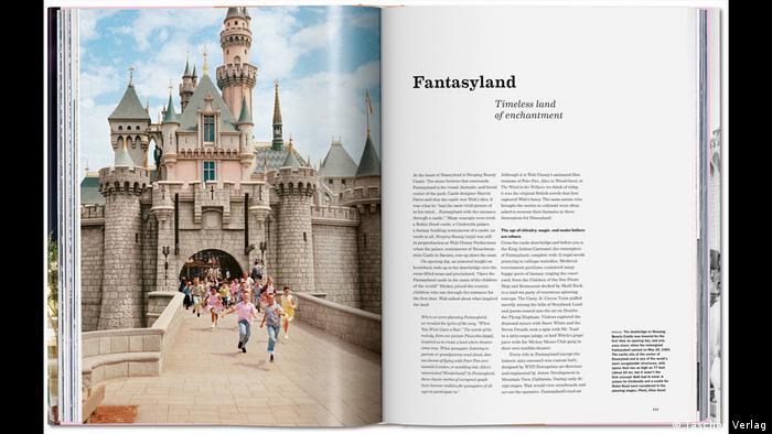 aufgeschlagenes Buch mit Text und Bild aus Disneyland mit Schloss (Taschen Verlag)