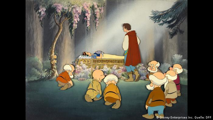 Zeichentrickszene mit Schneewittchen im Sarg und den trauernden Zwergen und dem Prinzen Bild: (Disney Enterprises Inc. Quelle: DFF)