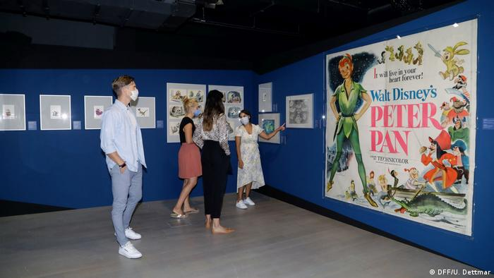 Ausstellungsraum in Frankfurt mit Besuchern vor einem großen Peter-Pan-Plakat, Bild: (DFF/U. Dettmar)