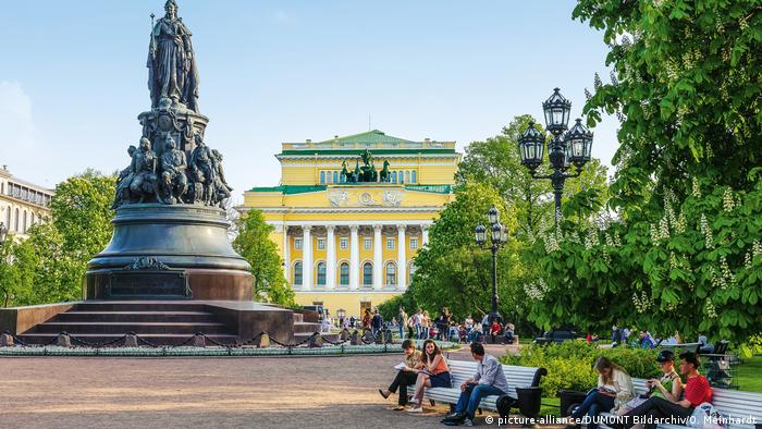 Catherine the Great monument in St. Petersburg in front of the Alexandrinskij-Theater (picture-alliance/DUMONT Bildarchiv/O. Meinhardt)
