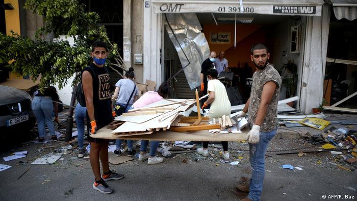 Спасатели и волонтеры разбирают завалы после взрывов в Бейруте