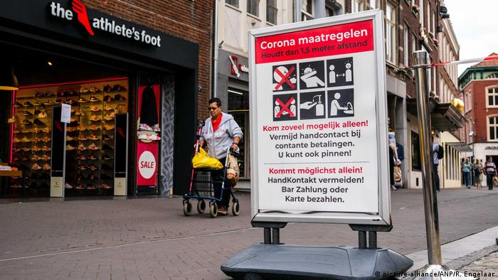 A sign with corona rules in Dutch and German (picture-alliance/ANP/R. Engelaar)