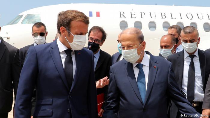Macron und Aoun am Flughafen von Beirut, beide mit Maske, Delegationsmitglieder im Hintergrund (Reuters/D. Nohra)