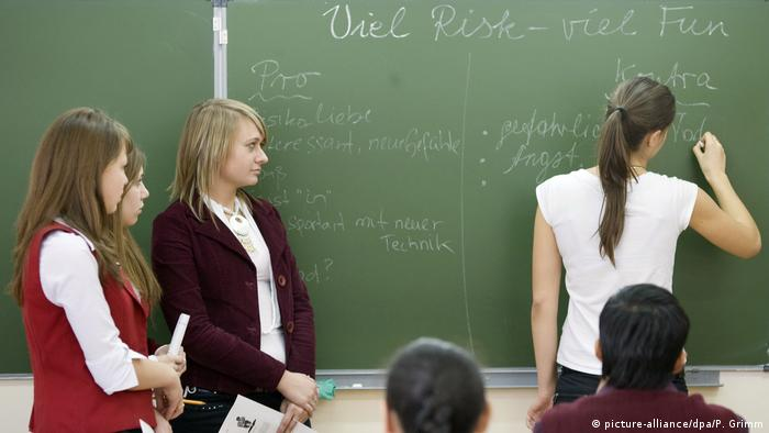 Young girls writing in German on the blackboard, in a school in Kazakhstan (picture-alliance/dpa/P. Grimm)