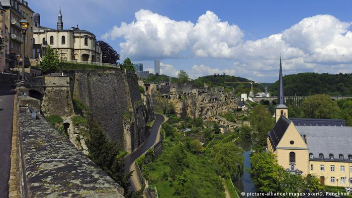Castle landscape in Luxembourg (picture-alliance/imagebroker/D. Renckhoff)