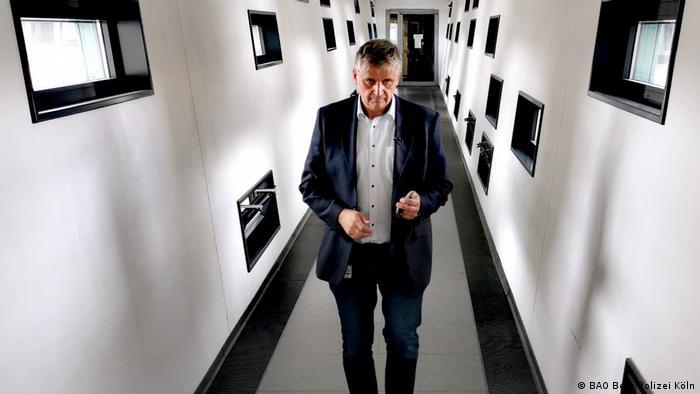 Kriminaldirektor Michael Esser, Leiter der Ermittlungsteams Berg der Kölner Polizeim geht durch einen Gang