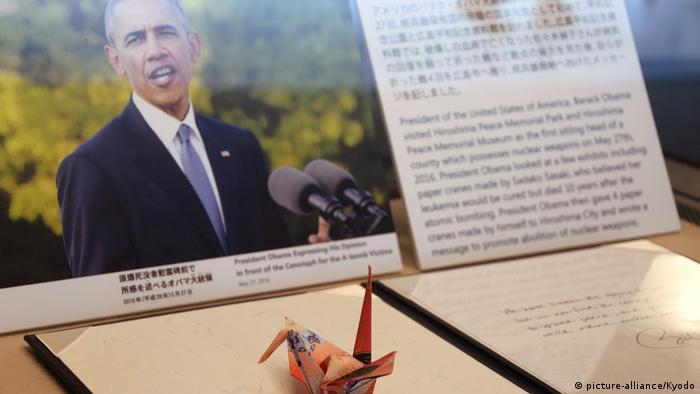 Фотография Барака Обамы и сделанный им журавлик-оригами в музее жертв бомбардировки в Нагасаки