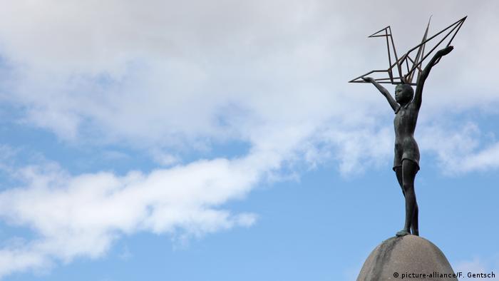 Одна из статуй в Мемориальном парке мира - девочка с журавликом-оригами