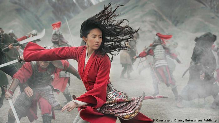 Schauspielerin Liu Yifei im Film Mulan kämpft mit dem Schwert