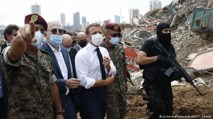 الرئيس الفرنسي يقوم بجولة تفقدية لمكان انفجار مرفأ بيروت