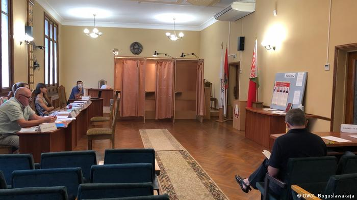 На одном из избирательных участков в Минске: члены комиссии - слева, наблюдатель - справа