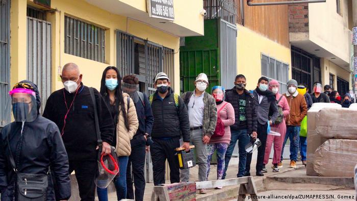 Fila de pessoas com máscara de respiração