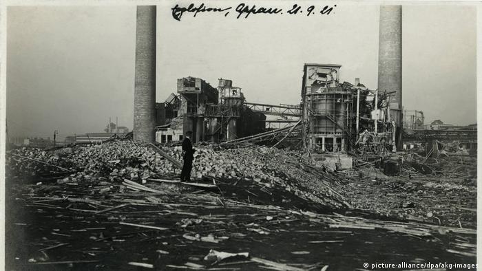 Foto histórica mostra destruição causada por explosão. Apenas duas chaminés e carcaça do prédio restaram em meio a entulhos