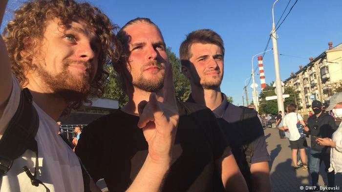 Диджеи Владислав Соколовский и Кирилл Галанов (второй и третий слева), поставившие песню Виктора Цоя Перемен! на городском празднике в Минске, 6 августа 2020 года