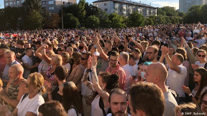 Участники флешмоба в Киевском сквере в Минске, 6 августа 2020 года
