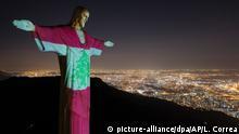 dpatopbilder - 06.08.2020, Brasilien, Rio De Janeiro: Die Christusstatue ist aus Solidarität für die Opfer der Explosion in Beirut in den Farben der libanesischen Nationalflagge beleuchtet. Foto: Leo Correa/AP/dpa +++ dpa-Bildfunk +++