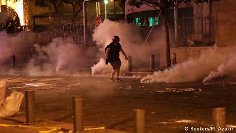Protesti u Libanu, u blizini Parlamenta u glavnoom gradu Bejrutu. Do protesta je došlo nakon eksplozije u kojoj je život izgubilo 149 ljudi, oko 5.000 njih je povrijeđeno. 300.000 ljudi je izgubilo svoje domove, među njima 80.000 djece, procjenjuje Unicef.