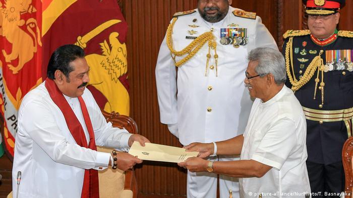 Sri Lanka Staatschef Gotabhaya Rajapaksa überreicht seinem Bruder (und Ex-Präsidenten) Mahinda im November vergangenen Jahres die Ernennungsurkunde als Regierungschef (Foto: picture-alliance/NurPhoto/T. Basnayaka)