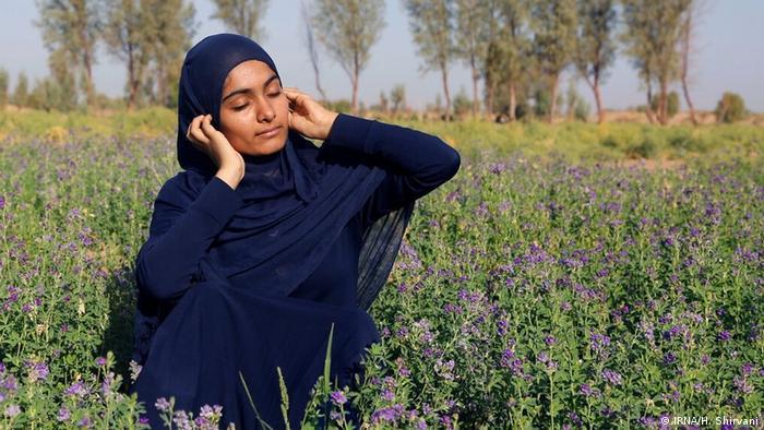 یلدا ۱۶ ساله اهل روستای بوئینگ از توابع بخش جازموریان در جنوب استان کرمان آرزو دارد یک هدفون داشته باشد تا بتواند در طول روز موسیقی مورد علاقه خود را گوش کند.