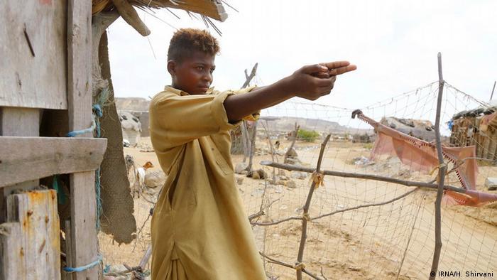 رامین ۱۵ ساله در روستایی اطراف شهرستان چابهار در جنوب استان سیستان و بلوچستان آرزو دارد روزی هنرپیشه شود و در فیلمهای پلیسی نقش ایفا کند و وقتی مشهور شد با مردم عکس یادگاری بگیرد.