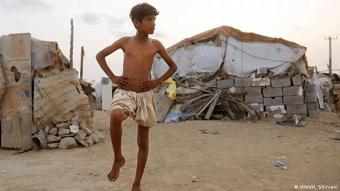 شهاب ۱۴ ساله اهل روستایی در اطراف شهرستان چابهار در استان سیستان و بلوچستان آرزو دارد که فوتبالیست شده و باشگاههای بزرگ با او قرارداد ببندند تا او بتواند با اولین پول قراردادش برای مادرش خانه بخرد و هر روز خانوادهاش را به رستوران ببرد.