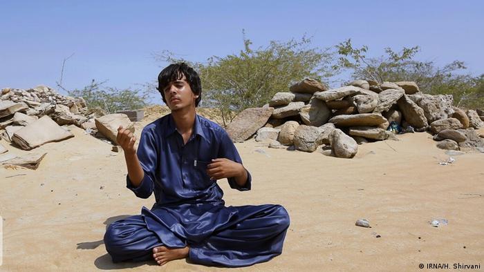 نوید ۱۵ ساله اهل روستای پارک بشیر در بندرکنارک در استان سیستان و بلوچستان آرزو دارد که روزی نوازنده سه تار شود. اما خانه نوید تا نزدیکترین آموزشگاه موسیقی ۶۱۳ کیلومتر فاصله دارد.