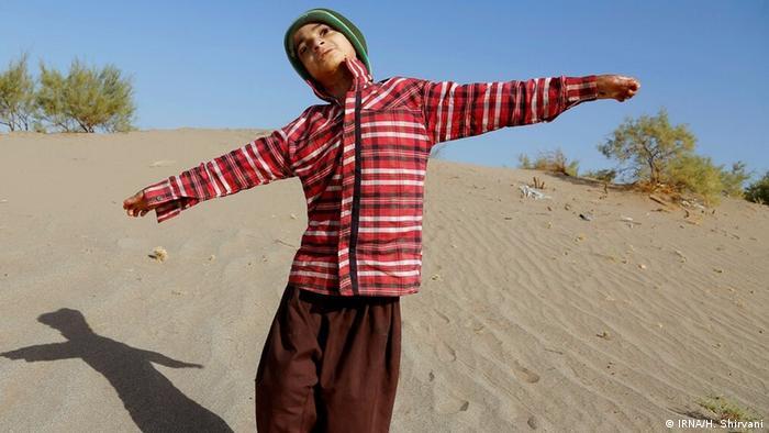 دانیال ۹ ساله اهل روستای بوئینگ از توابع بخش جازموریان در جنوب استان کرمان به بیماری پروانهای مبتلا است. دانیال آرزو دارد سوار هواپیما شده و برای مداوا نزد دکتری برود که خیلی از روستای او فاصله دارد.