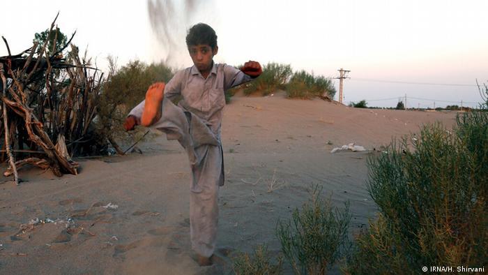 علی اکبر ۱۳ ساله اهل روستای چاه دشت از توابع شهرستان رودبار در جنوب استان کرمان به ورزشهای رزمی علاقه خاصی دارد. وی آرزو دارد در روستایشان یک باشگاه ورزشی باشد تا بتواند در آن تمرین کند و روزی قهرمان المپیک شده و برای مادرش خانهای بزرگ، برای پدرش یک موتورسیکلت و برای خودش هم یک پژوی ۴۰۵ بخرد.