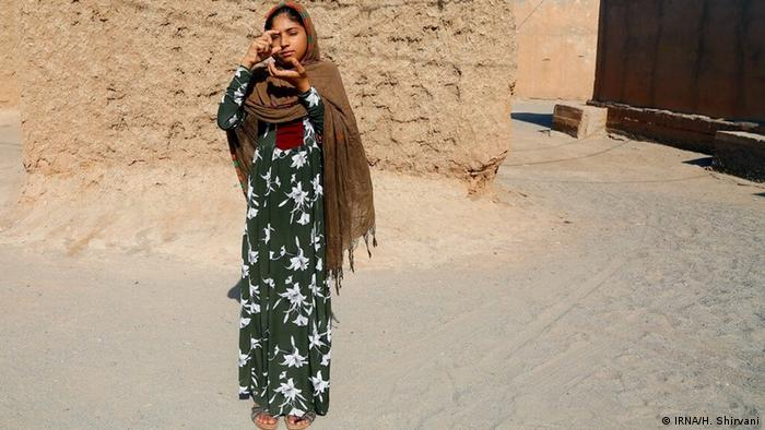 معصومه ۱۳ ساله اهل روستایی از توابع شهرستان کهنوج در استان کرمان آرزو دارد که روزی دوربین عکاسی داشته باشد و پس از آموزش بتواند ضمن عکاسی از مناظر روستای خود به دیگر کودکان روستا هم عکاسی آموزش بدهد.