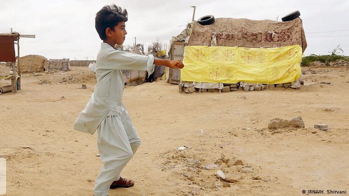 محمود ۱۱ ساله اهل روستایی در اطراف شهرستان چابهار در استان سیستان و بلوچستان آرزو دارد که مسابقات موتور کراس را از نزدیک تماشا کند و روزی بتواند در این مسابقات شرکت کند.