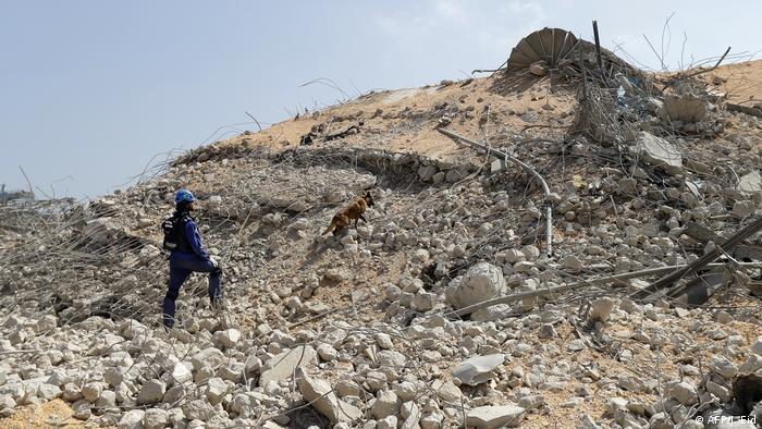 Сотрудник российской МЧС и поисковая собака ищут оставшихся под завалами в Бейруте