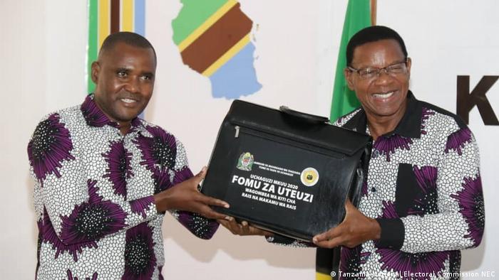 Tansania Dodoma Präsidentschaftskandidaten ACT-Wazalendo-Partei Bernard Membe (R) und Omary Fakiy (Tanzania National Electoral Commission NEC)