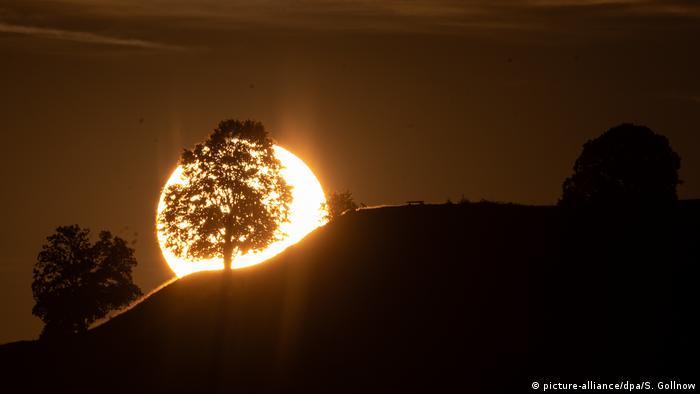 Восход солнца над холмом