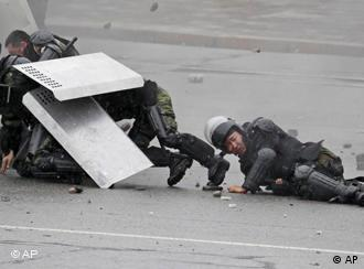 Милиция под ударом. Бишкек, 7 апреля 2010 года