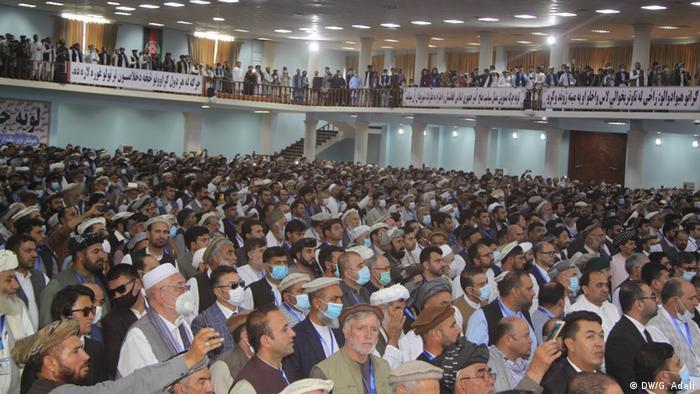 Blick auf die delegierten Männer und Frauen in traditioneller Kleidung - manche tragen Mund-Nase-Schutz(DW/G. Adeli)