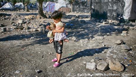 Η χαμένη παιδικότητα των παιδιών στη Μόρια