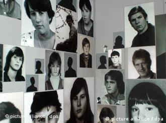 Bilder von Jugendlichen in der Gedenkstätte des ehemaligen Geschlossenen Jugendwerkhofs Torgau (Foto: DPA)