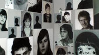 Ausstellung in der Gedenkstätte des ehemaligen Geschlossenen Jugendwerkhofs (GJWH) in Torgau, aufgenommen am 03.04.2010. Jedes der abgebildeten Kinder hat hier gelebt. Einige Erlebnisberichte kann sich der Ausstellungsbesucher anhören, das Bild des erzählenden Kindes leuchtet dann jeweils auf. Viele von ihnen berichten über seelische und körperliche Gewalt. Insgesamt existierten in der DDR 474 staatliche Kinderheime. Davon waren 38 sogenannte Spezialkinderheime und 32 Jugendwerkhöfe, in denen jene Kinder verwahrt wurden, die als schwer erziehbar und verhaltensauffällig galten. Foto: Christiane Kohlmann dpa/lsn (zu lsn Korr.-Bericht Besuch in Torgau: Wenn Du nicht brav bist ... am 05.04.2010)