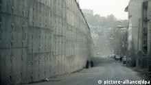 Eine Außenmauer des berüchtigten Evin-Gefängnisses in Teheran im Iran, aufgenommen Anfang März 2006. +++(c) dpa - Report+++ | Verwendung weltweit