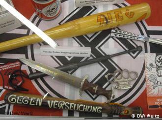 Exponate der Austellung 'Die Braune Falle - Eine rechtsextremistische Karriere' auf einer Hakenkreuzflagge (Foto: DW)
