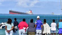 Onlookers watch Wakashio stranded (AFP/L'Express Maurice/D. Ramkhelawon)