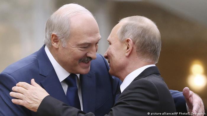 Lukashenko (esq.) e Putin se cumprimentam durante reunião em Minsk, em 2017