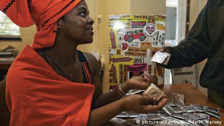 Eine Frau in der Zentralafrikanischen Republik erhält kostenlose Kondome