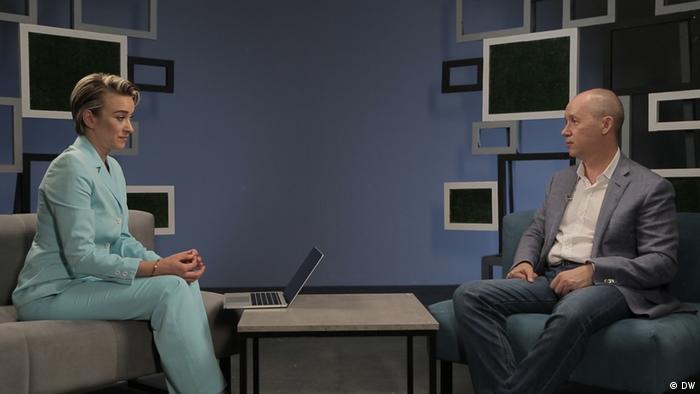 Корреспондент DW Александра Индюхова беседует с Валерием Цепкало в Киеве