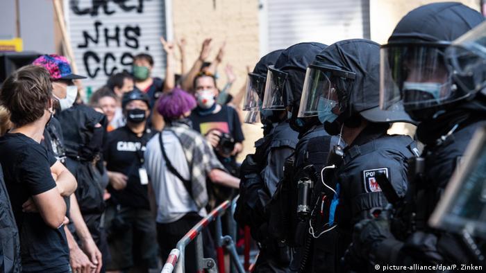 Polícia de Berlim interfere em distúrbio de rua